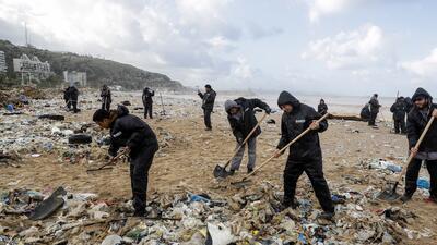 Montañas de desechos en las playas del Mediterráneo: la basura sin dueño que cubre las costas del Líbano (fotos)