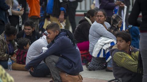 Inmigrantes centroamericanos aguardan la oportunidad de pedir asilo cerc...