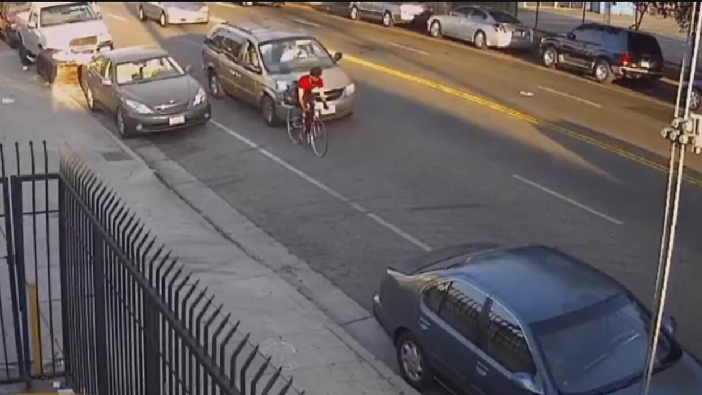 Buscan al conductor que le causó graves heridas a un ciclista en Los Áng...