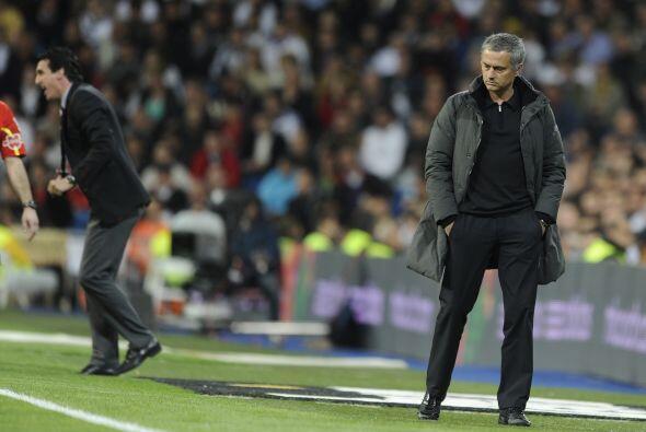 José Mourinho lucía más que preocupado por lo que sucedería en el juego.