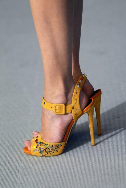 No pueden faltarte unas bellas sandalias en tonos chillantes para refres...