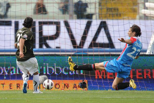 A partir de ahí fue un festín para la Lazio ya que Sergio Floccari puso...