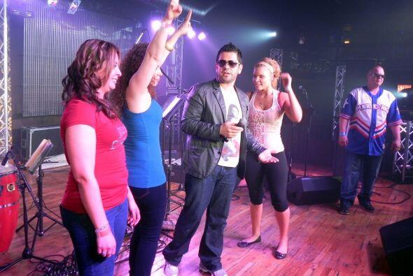 No faltó en la noche un concurso de baile organizado por los DJs de La K...