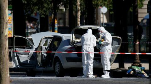 Tensión en París luego de que un conductor embistió una patrulla policia...