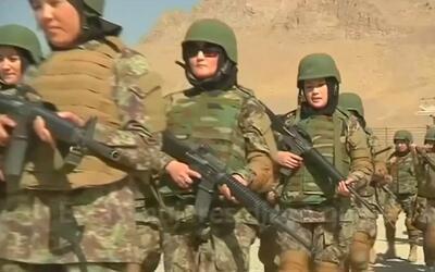 Mujeres soldados de Afganistán luchan para superar desafíos