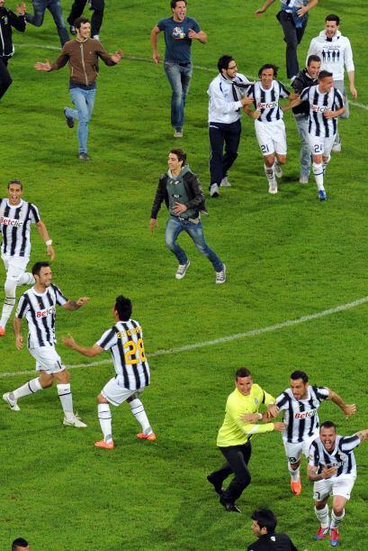 Los aficionados de Juventus comenzaron a entrar al campo para tocar a su...