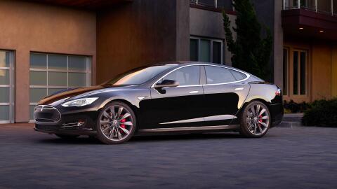 El Model S es uno de los vehículos que Tesla llamó a revisión por un pos...