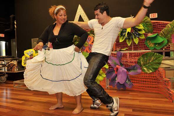 La chica trata de aprender los pasos de su pareja de baile.
