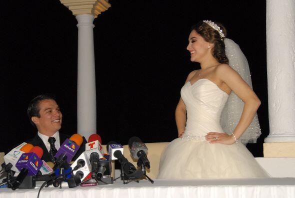 Y antes de despedirse nos modeló su vestido de novia. ¡Realmente se veía...