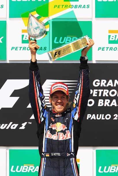 Vettel celebró su victoria con entusiasmo, pero le pudo haber entregado...