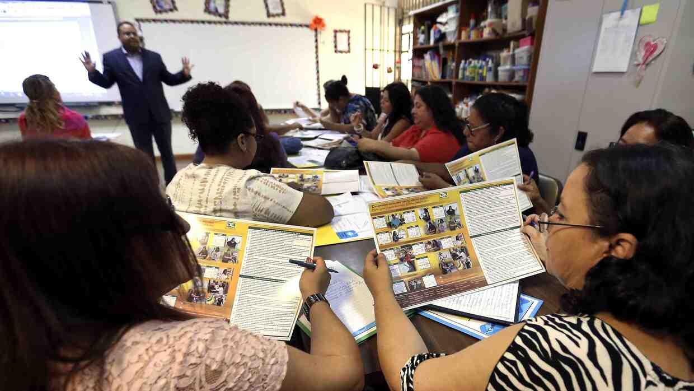 Maestros del sistema de educación pública de Puerto Rico en su primer dí...