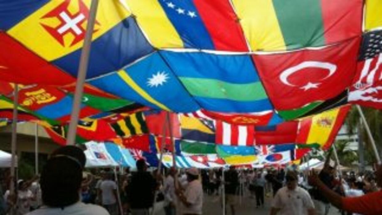 Esta bandera multicolor y compuesta de 422 banderas de diferentes países...