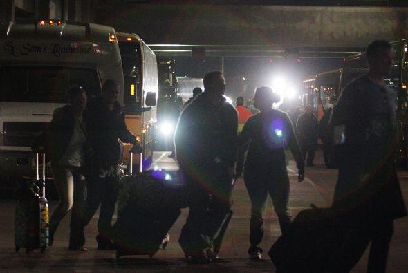 Aquí estos pasajeros toman un autobús con destino a Nueva Orleans. Todos...