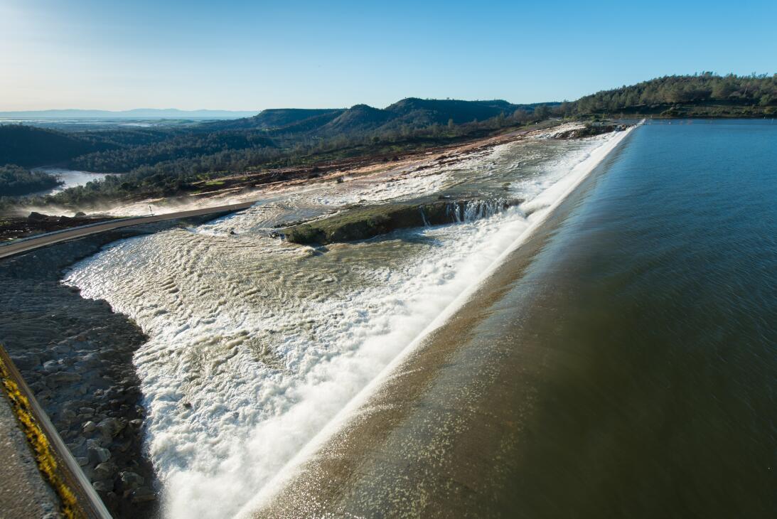 Aliviadero auxiliar por el que rebosó la represa Oroville tras rebasar s...