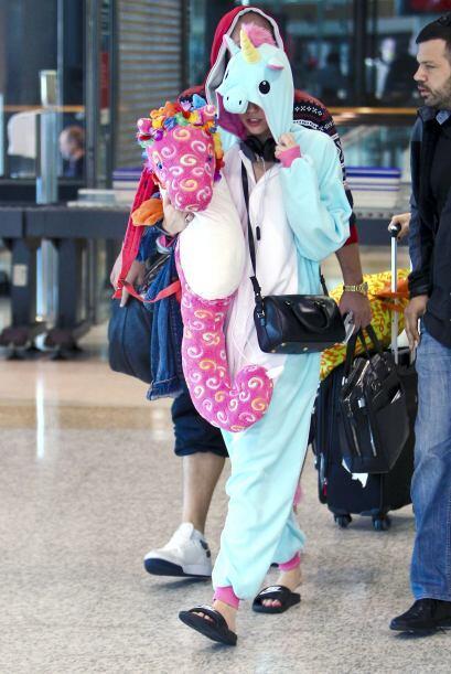 Con su pijama de unicornio y con chanclas.
