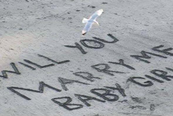 A Dominic se le ocurrió escribir un mensaje sobre la arena para h...
