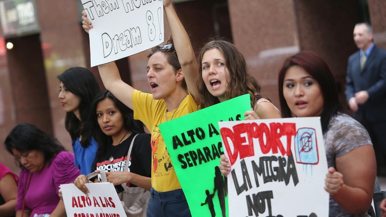 La Acción Diferida ampara de la deportación y concede un permiso de trab...