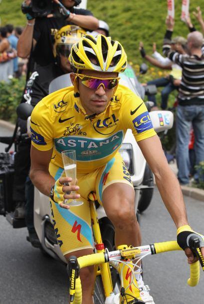 El gran estrella del equipo Astana celebró su gran triunfo con la tradic...