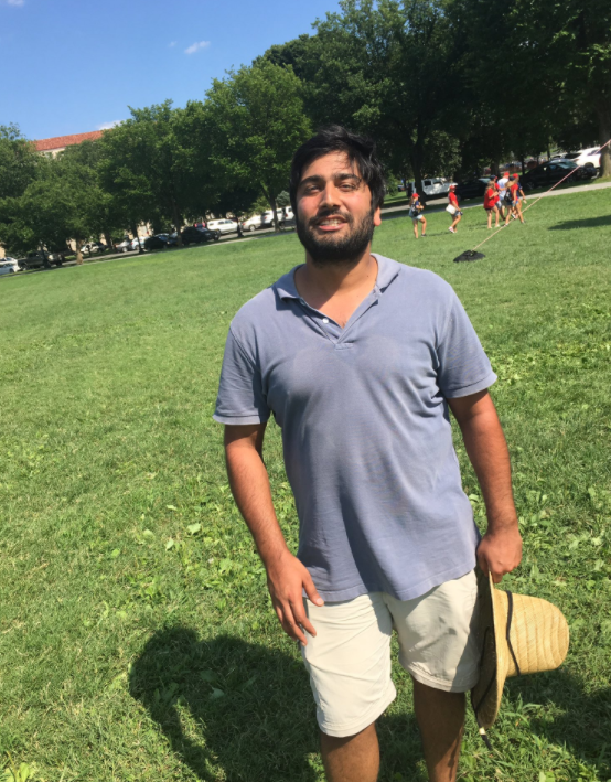 Taran Singh Brar instaló el pollo gigante, y dijo que se trata de una &q...