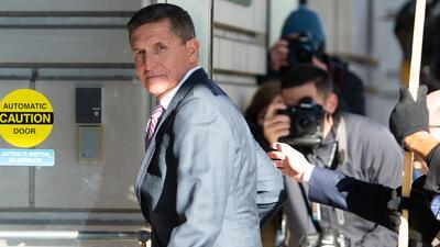 Postergan sentencia contra Michael Flynn mientras continúa colaborando con el 'Rusiagate'