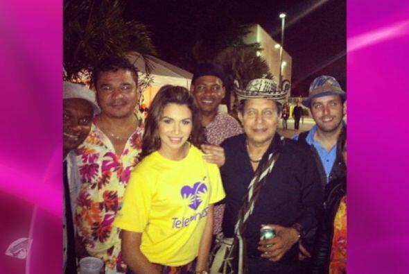 Marisela se tomó una foto con los músicos de Carlos Vives, ellos siempre...