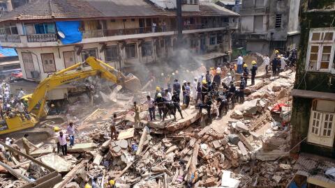 Buscan a personas atrapadas dentro del edificio que colapsó en In...