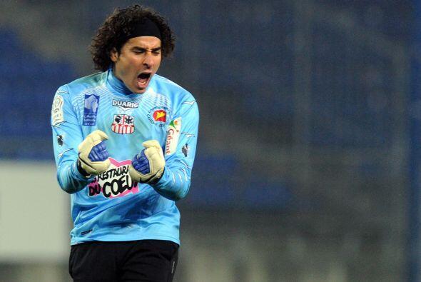 En julio de 2011, Ochoa firmó con Ajaccio, equipo modesto de la liga fra...