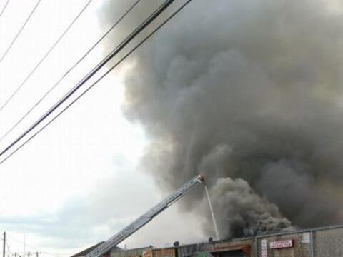 Un incendio de varias alarmas mantuvo a decenas de bomberos luchando par...