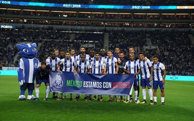 Los jugadores posaron con una manta previo al duelo ante Portimonense.