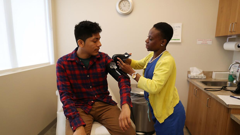 Un joven cubierto por el Affordable Care Act recibe atención médica en M...