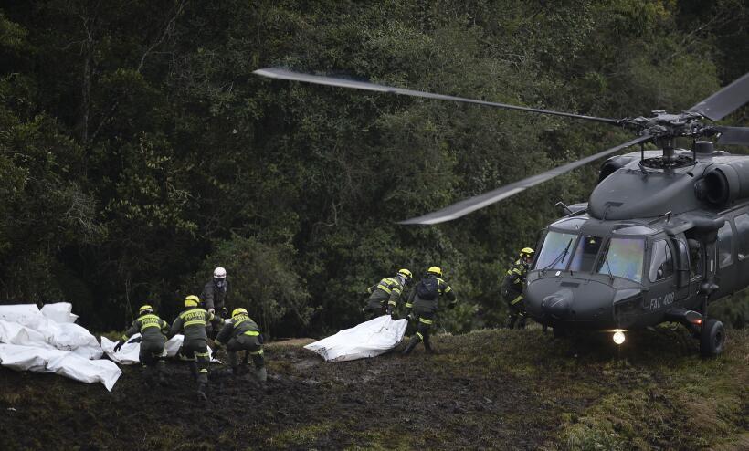 Los equipos de rescate trasladan a algunas de las víctimas mortales del...