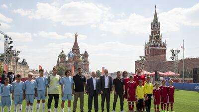 En fotos: Infantino, Putin y leyendas FIFA jugaron al fútbol en la Plaza Roja