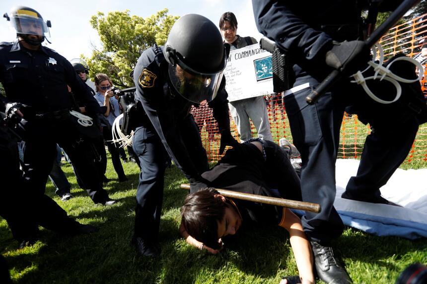 La Policía de Berkeley arresta a un hombre durante la reyerta.