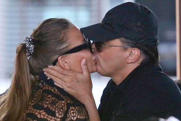 Ahora hasta se come a besos a su novia frente a ellos, ¡lo que hace el a...