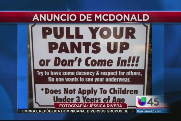 Este controversial cartel está puesto en la entrada de un concurrido McD...