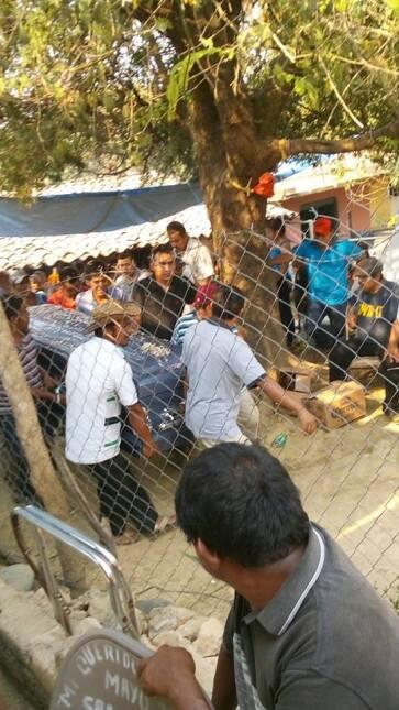 El ataúd con los restos del migrante salen de la casa de adobe y teja do...