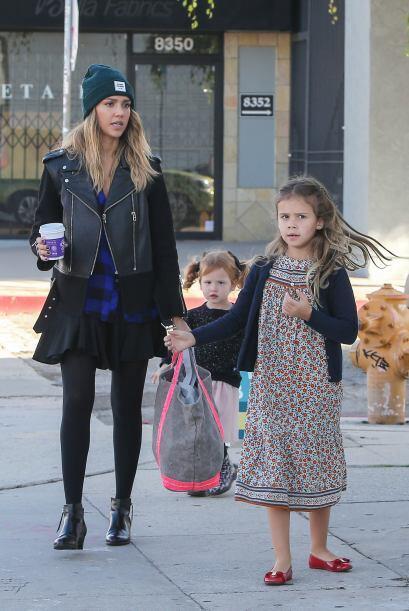 Jessica Alba usó una falda negra con medias y unos botines  muy en tende...
