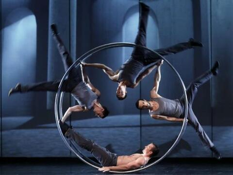 Varios artistas de la compañía canadiense Cirque Eloize du...