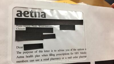 El sobre enviado por Aetna tenía un gran área transparente a través de l...