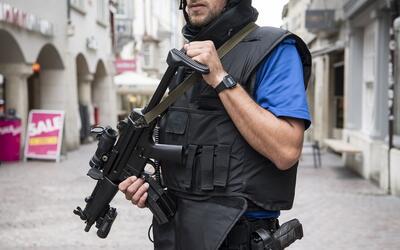 Un agente de policía en el centro de la ciudad de Schaffhausen, e...