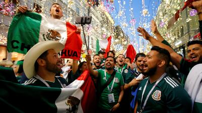 Mexicanos se unen en Rusia para celebrar el triunfo de México ante Alemania en el Mundial