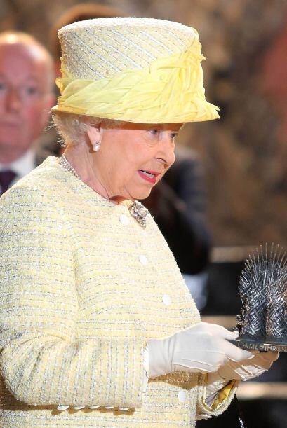 De manera simbólica, la reina, que este 2014 cumple 62 años al frente de...