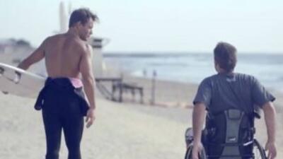 El campeón nacional de surf argentino Martín Passeri ayudó a un inválido...