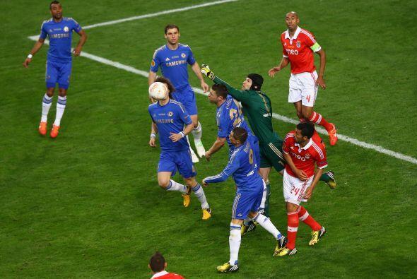 Petr Cech y la defensa inglesa tenían que reforzar la línea para contene...