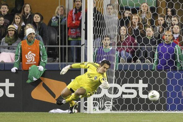 Esta es la imágen del gol de Hérculez Gómez, en la que su disparo con la...