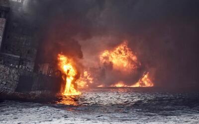 Momento en que el carguero iraní 'Sanchi' estalla en llamas y com...