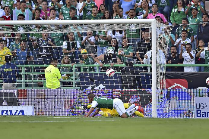 Un Mauro Boselli centenario le da la victoria al León gol-luis-montes-le...