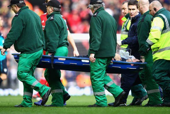 El español se retiró en camilla y directo al hospital.