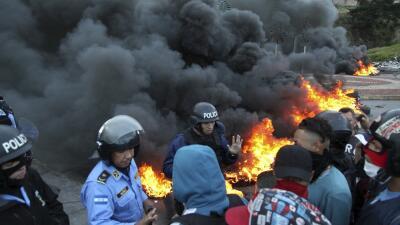 La policía intenta tomar el control de una carretera bloqueada po...