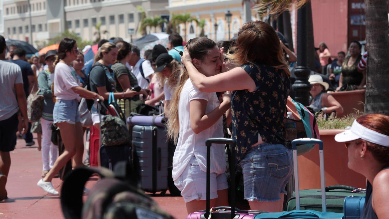 Familias se despiden antes de embarcar un crucero de Royal Caribbean par...